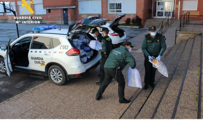 La Guardia Civil colabora con los centros docentes del medio rural para la entrega de material didáctico a los alumnos
