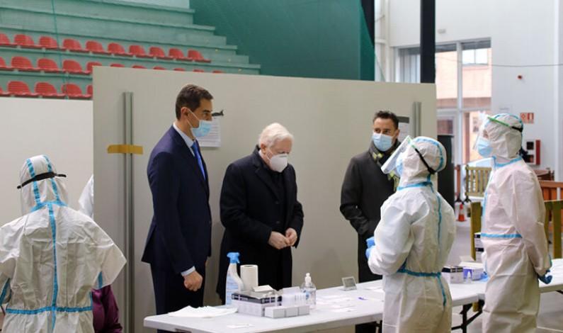 Ángel Ibáñez visita el Polideportivo Lavaderos, uno de los puntos donde se realizan los test masivos para empresas de Burgos