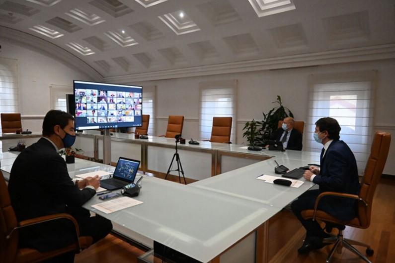Mañueco anuncia a alcaldes y presidentes de diputación que la Junta generalizará los test de antígenos