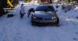 La Guardia Civil auxilia a una familia atrapada con su vehículo en la nieve