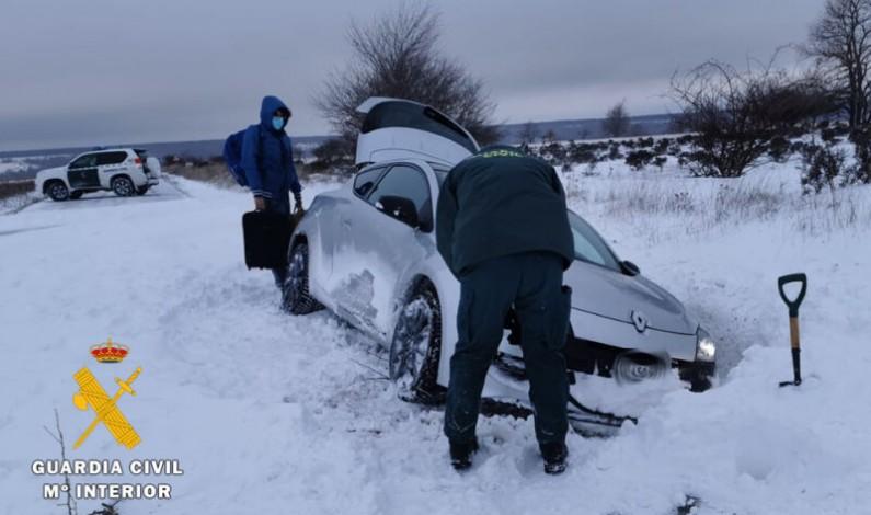 La Guardia Civil auxilia a dos ciudadanos suizos desorientados y atrapados en la cuneta por la nieve