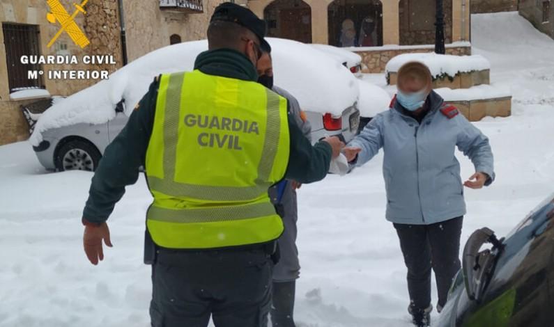 La Guardia Civil hace llegar medicamentos a una vecina de Torregalindo