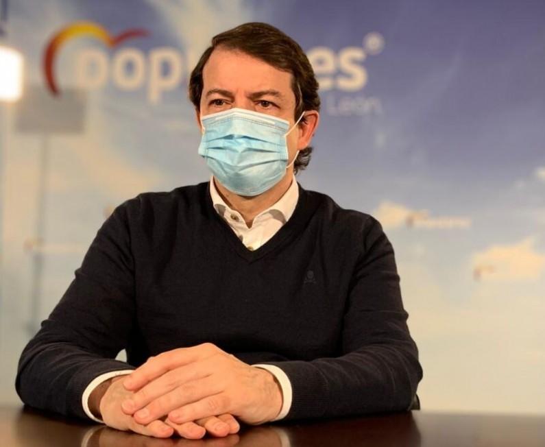 Mañueco exige a Pedro Sánchez que rectifique su decisión de suprimir la mascarilla en exteriores