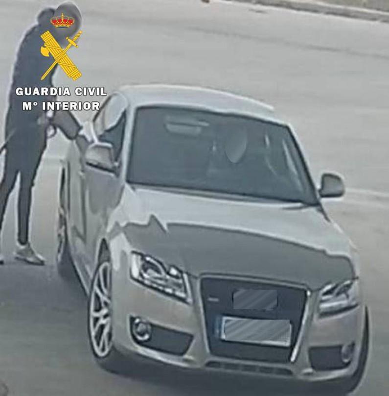 La Guardia Civil detiene a dos jóvenes por falsedad documental y estafa