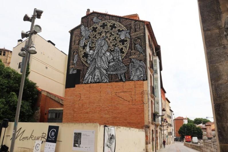 Burgos homenajea a la Catedral con un mural monumental trabajado por el dúo francés 'MonkeyBird'