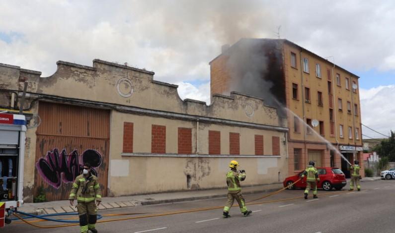 Un incendio en la calle Francisco Salinas de Burgos pone en peligro un bloque de viviendas