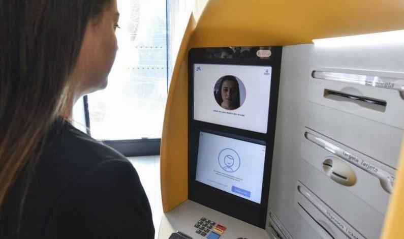 Una mujer entrega en la Comisaría el dinero encontrado en un cajero
