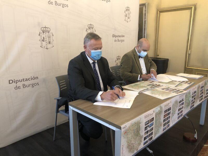 Firma del convenio entre SODEBUR  y Federación de la Hostelería de los manteles-mapas de la provincia