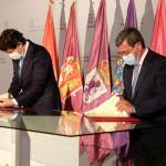 Alfonso Fernández Mañueco firmando con César Rico