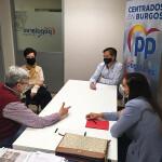 Maribel Birngas, César Barriada y Andrea Ballesteros con María Ángeles Saiz-