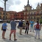 Turistas con su guía en León