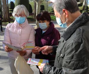 Participantes leyendo la guía del programa
