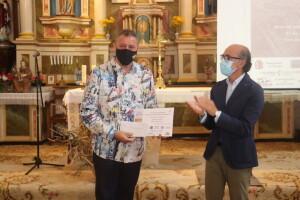 Javier Ortega entregando un premio a Ernesto Tubía