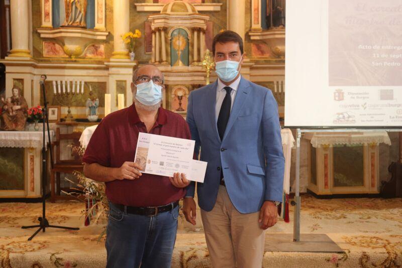 Ángel Ibáñez entregando un premio a  Agustín García Aguado